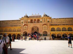 """Zuerst geht es zum """"Palast der Winde"""". Weiter zum Amber Fort, das außerhalb von Jaipur auf einem Hügel liegt. Danach zur Sternwarte...."""