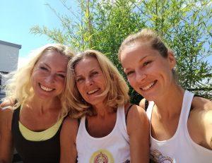 Als ich vor 25 Jahren das erste mal eine Yoga-Stunde hatte, war Yoga noch etwas Besonderes, ja sogar Fremdes. Es wurde als esotherisch abgetan, man beäugte die Yogis mit Mißtrauen, betrachtete sie als weltfremd