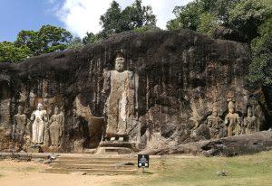 Die nächste Station ist Buduruwagala. Buddha-Statuen in Granit gehauen und angeblich mittlerweile die größten der Welt, nachdem die Taliban in Afghanistan gewütet haben.